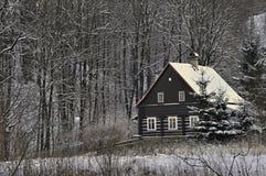 Costruzione di ceppo rustico europea nell'inverno fotografia stock