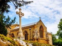 Costruzione di chiesa inglese tipica di vista di giorno vecchia sopra il cielo blu Fotografie Stock Libere da Diritti