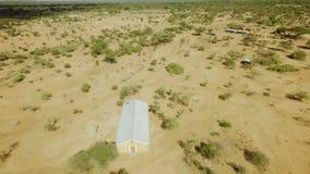 Costruzione di chiesa nel mezzo di vasto paesaggio africano della savana il giorno caldo video d archivio