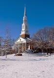 Costruzione di chiesa su una mattina nevosa fotografia stock libera da diritti