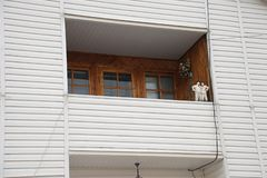 Costruzione di costruzione della casa della soffitta con il tetto dell'amianto, il balcone accogliente e la facciata di raccordo fotografia stock