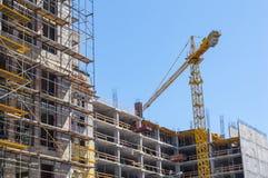 Costruzione di edifici con la gru Fotografia Stock Libera da Diritti
