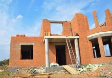 Costruzione di edifici della casa con mattoni a vista Costruzione non finita della casa della costruzione di mattone con la porta immagini stock libere da diritti