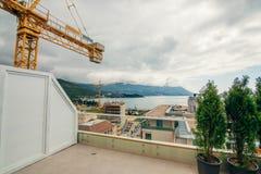 Costruzione di edifici di Budua Buildi di palazzo multipiano della gru di costruzione Fotografie Stock Libere da Diritti