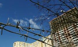 Costruzione di edifici fermata recintata dal filo spinato del metallo Immagini Stock Libere da Diritti