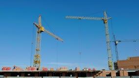 Costruzione di edifici, lavoro della gente e gru archivi video
