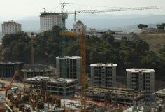Costruzione di edifici tripla della costruzione, sotto un cielo blu Immagini Stock