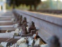 Costruzione di ferrovia europea con un orizzonte arrugginito del dado e della vite Immagini Stock Libere da Diritti