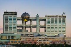 Costruzione di Fuji TV e centro commerciale della città dell'acqua sull'isola di Odaiba immagini stock