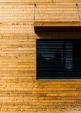Costruzione di legno con l'architettura moderna della finestra nera fotografie stock libere da diritti