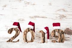 Costruzione di legno luminosa 2019, Santa Claus Hat rossa, neve della lettera fotografia stock