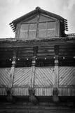 Costruzione di legno nella città in bianco e nero Immagine Stock