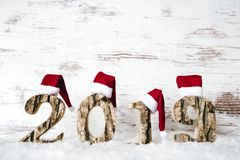 Costruzione di legno 2019, Santa Claus Hat rossa, neve, spazio della lettera della copia fotografie stock