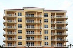 Costruzione di lusso di appartamento o del condominio fotografie stock libere da diritti