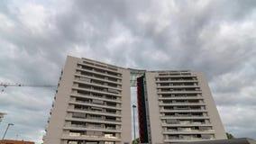 Costruzione di lusso residenziale moderna, vista dalla parte anteriore, con il movimento delle nuvole archivi video