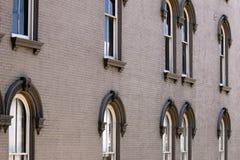 Costruzione di mattone commerciale con le finestre esteriori Fotografia Stock Libera da Diritti