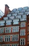 Costruzione di mattone rosso con le finestre interessanti Fotografie Stock