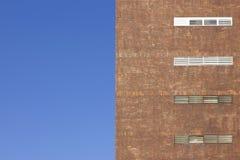 Costruzione di mattone rosso con un cielo blu Immagine Stock Libera da Diritti