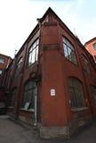 Costruzione di mattone rosso industriale d'annata nella zona industriale di vecchia città europea Immagini Stock Libere da Diritti