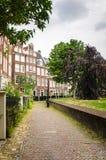 Costruzione di mattone tradizionale lungo un sentiero per pedoni nel centro urbano di Amsterdam Fotografie Stock
