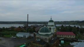 Costruzione di nuova chiesa di legno Staroutkinsk Russia stock footage