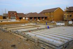 Costruzione di nuove case con i fondamenti Immagine Stock Libera da Diritti