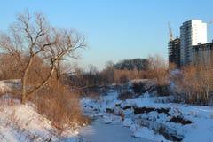 Costruzione di nuove case sulla sponda del fiume fotografia stock