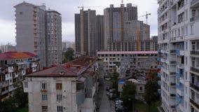 Costruzione di nuovi alti grattacieli Vista panoramica di vecchi e nuovi grattacieli della città stock footage