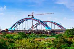 Costruzione di nuovo ponte con un'alta gru di costruzione Immagini Stock Libere da Diritti