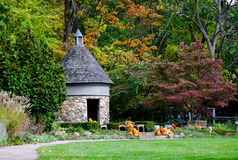 Costruzione di pietra rotonda in un parco di autunno Immagini Stock Libere da Diritti