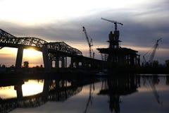 Costruzione di ponte al tramonto Immagine Stock