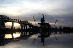 Costruzione di ponte al tramonto Immagini Stock