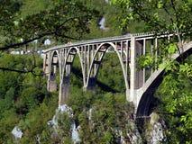 Costruzione di ponte. Ponte dell'arco di Durdevica Cesalpina nelle montagne, immagini stock