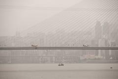 Costruzione di ponte sul fiume Chang Jiang in mezzo di inquinamento pesante in Cina Fotografia Stock