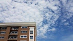 Costruzione di residenza moderna con la nuvola bianca in cielo blu Immagini Stock Libere da Diritti