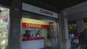 Costruzione di servizio per il cambio in via della città, vita urbana intensa, soldi video d archivio