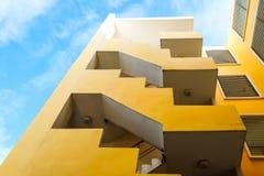 Costruzione di sguardo di angolo basso sotto il cielo blu fotografia stock