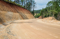Costruzione di strade, strada non asfaltata, nuovo fondo stradale Fotografia Stock Libera da Diritti