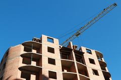Costruzione di un edificio dell'appartamento con una gru Fotografie Stock Libere da Diritti