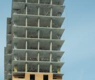 Costruzione di un edificio residenziale di palazzo multipiano moderno Immagini Stock Libere da Diritti