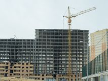 Costruzione di un edificio residenziale di palazzo multipiano moderno Immagine Stock