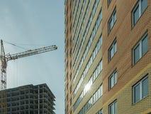 Costruzione di un edificio residenziale di palazzo multipiano moderno Immagini Stock