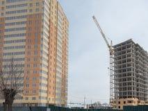 Costruzione di un edificio residenziale di palazzo multipiano moderno Fotografia Stock Libera da Diritti