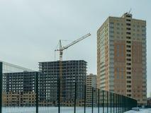 Costruzione di un edificio residenziale di palazzo multipiano moderno Fotografie Stock Libere da Diritti