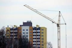 Costruzione di un grattacielo multipiano sulle periferie della città Immagini Stock Libere da Diritti