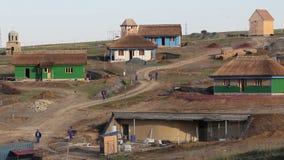 Costruzione di un paesino di pescatori tradizionale con le case ricoperte di paglia stock footage