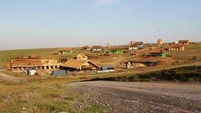 Costruzione di un paesino di pescatori tradizionale con le case ricoperte di paglia, lasso di tempo video d archivio
