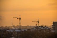 Costruzione di un programma di costruzione di alloggi importante al tramonto Fotografie Stock Libere da Diritti