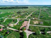 Costruzione di un villaggio nella regione di Leningrado, Russia, foto del cottage dall'altezza Immagine Stock