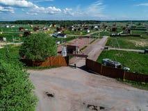 Costruzione di un villaggio nella regione di Leningrado, Russia, foto del cottage dall'altezza Fotografia Stock